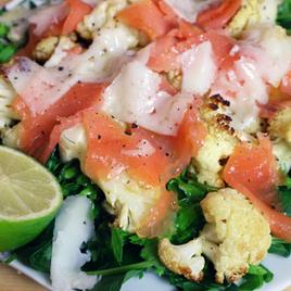 Ensalada de coliflor con espinaca y salmón