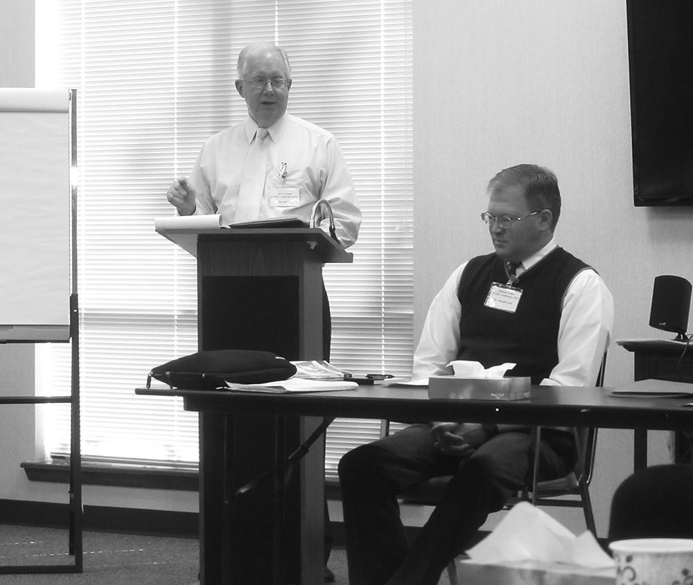 Dan Kidd presenta al orador Joseph Cook en la Conferencia ICCRC.