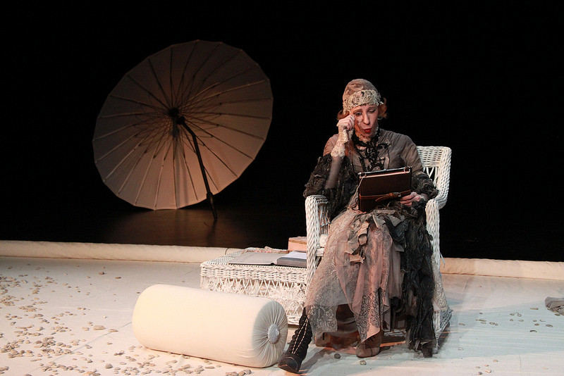 Юлия Рутберг в спектакле «Крик лангусты», фото Кристины Бабаевой