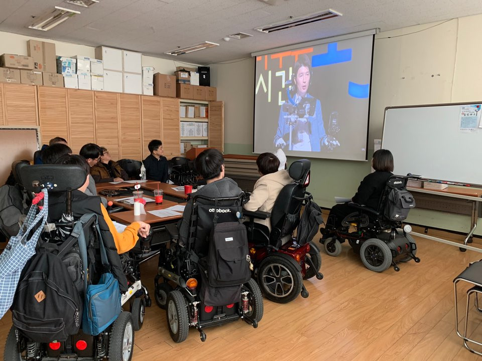세바시 강의(버럭중사 이원준 강사)를 함께 시청하고 있는 동료상담사 보수교육 참여자 사진