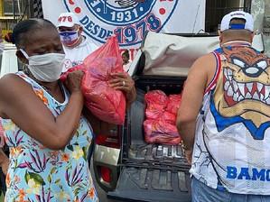 Torcida do Bahia doa alimentos à comunidade carente