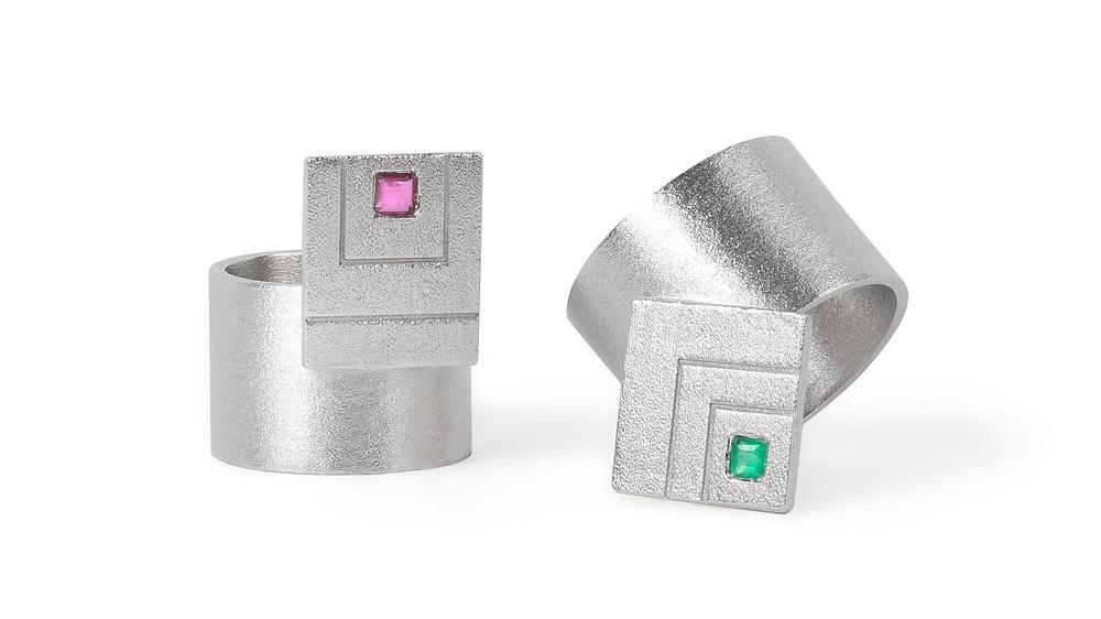 aneis em prata com granada e esmeralda