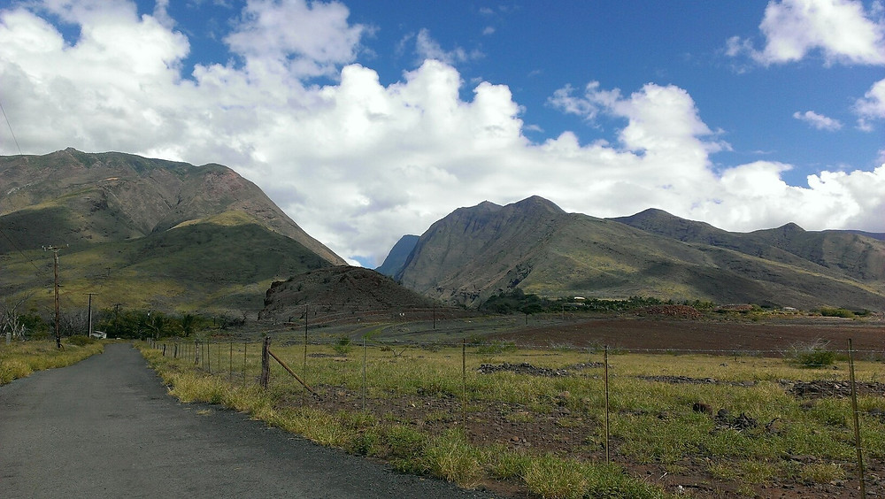Country roads of Hawaii, peaks and greenery near Olowalu