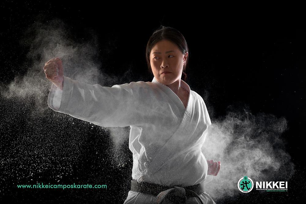mulher praticando karate goju ryu seigokan - campos dos goytacazes