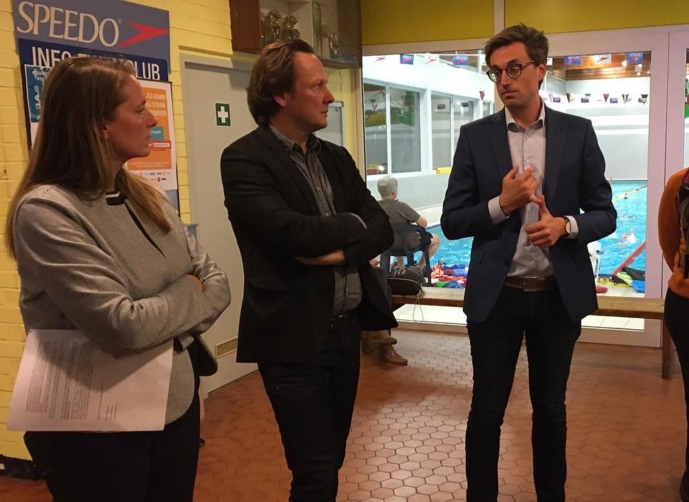 Patricia Waerniers (schepen van sport) in gesprek met burgemeester Jos Sypré en Laurent Samyn (voorzitter Vlaamse Zwemfederatie)