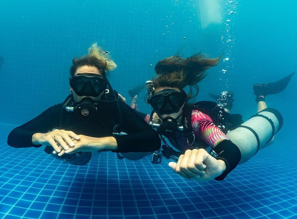 Aurora_ambassadors_Teaching_sidemount_PADI_getting_back_into_diving_female_divers