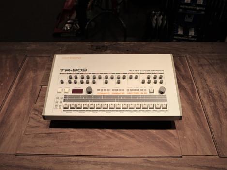 Nu har vi fått in en begagnad Roland TR-909 i butiken i Göteborg: 39999:-