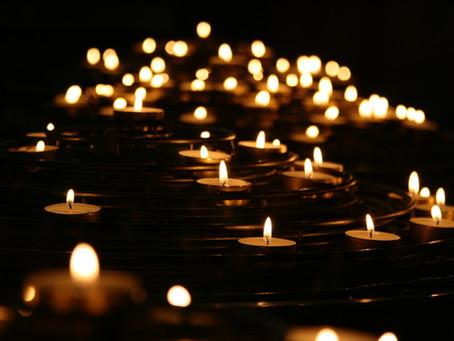Kerzen und Kürbis