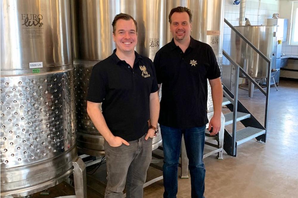 Christian Bachmann mit dem neuen Braumeister von der Brauerei Thun AG, Bruno Stoller.Foto: Haslital Bier