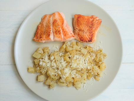 Salmón plancha con patata salteada con especias y queso.