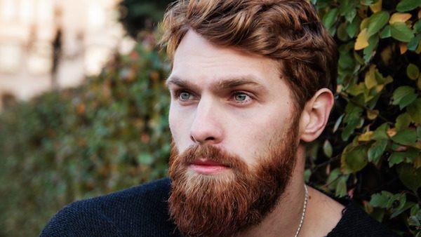 Hombre pelirrojo barbón.