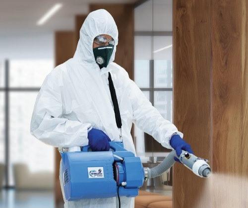 Muž provádí dezinfekci studenou mlhou.