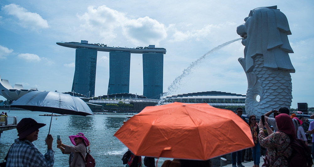 Merlion sculpture and Marina Bay hotel, icons of Singapore - Foto: Leve de Viagem