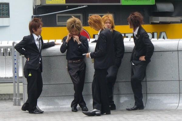 японские парни любят красить волосы