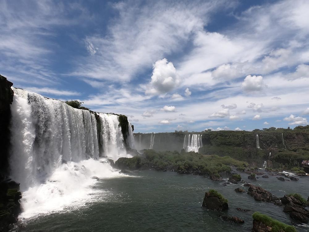 Foto das Cataratas do Iguaçu, no Brasil.