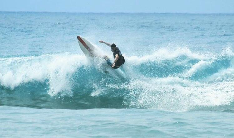 John moniteur de surf à la Base Nautique