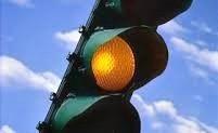 Usi il cellulare in auto a semaforo rosso? Ecco la maxi-multa