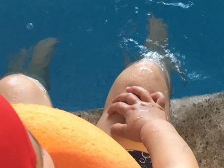 Maravilloso comienzo de nuestros niños de 2-3 años en la piscina del cole