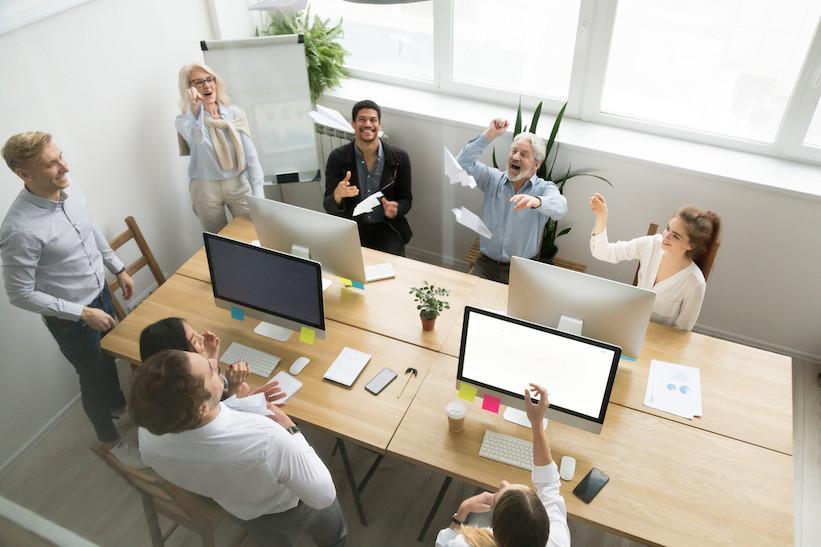Šťastní a zdraví zaměstnanci v čisté kanceláři