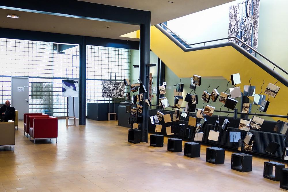 Le hall du bâtiment avec l'installation de l'artiste Lydia Goret à droite