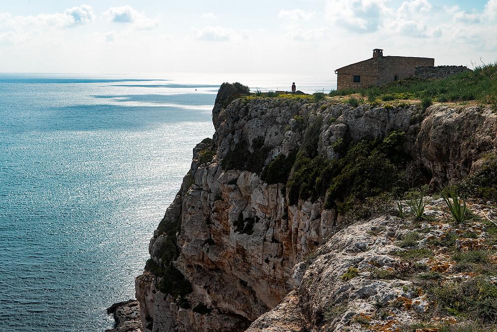 Una caseta de piedra de camino a Cala Marmols desde Cala S'Almunia. Se considera el punto medio de la excursión.