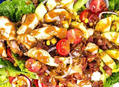 Kyllingsalat med Bbq-saus og pesto
