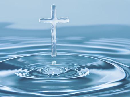 Ksiądz kropi wodą święconą - co robić?