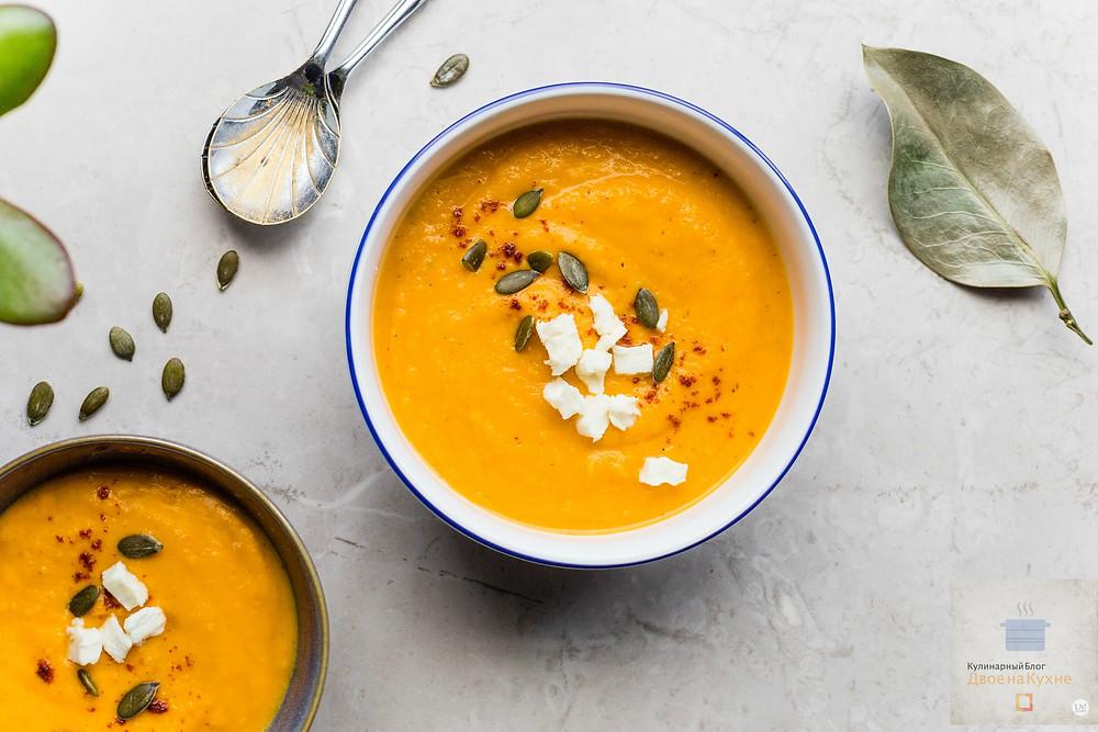 Пошаговый рецепт приготовления крем-супа из тыквы с карри, фетой и семенами.