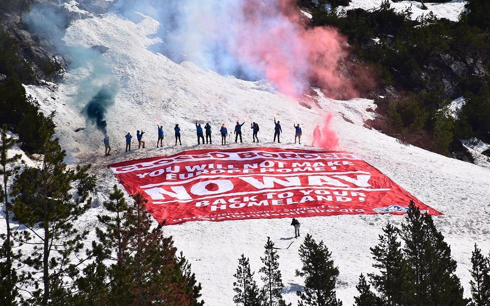 """Banderole : """"Frontière fermée - Vous ne ferez pas de l'Europe votre maison - AUCUNE CHANCE - Retournez dans votre pays natal"""