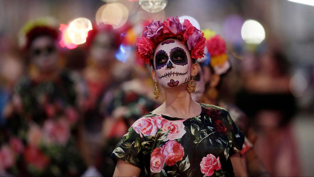 Mujer maquillada de Catrina.