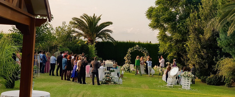 El salón cuenta con un espacio al aire libre para celebrar bodas civiles, donde nosotros floristeria la alqueria lo hemos decorado muchas veces y de muchas formas