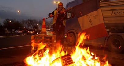 Governo francês suspende aumento dos combustíveis para conter protestos