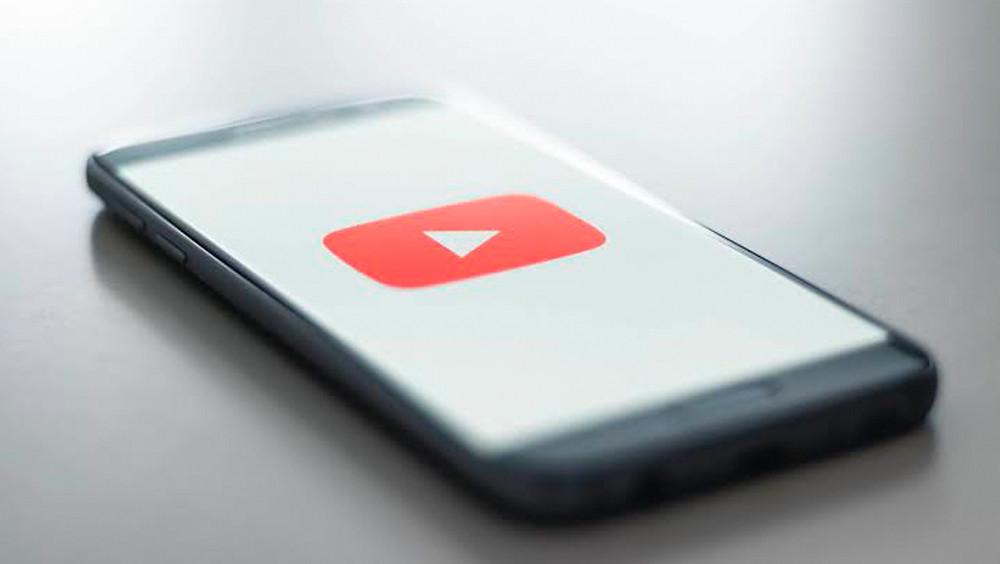 Celular con app de YouTube.