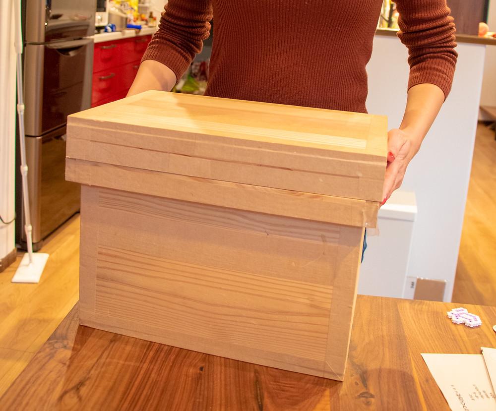 5kg茶箱を妻が抱えるとこんな感じ