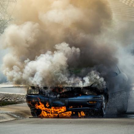 ¿Qué hacer en caso de incendio de auto en carretera?