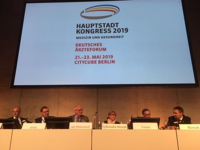 Panel mit sechs Panelisten