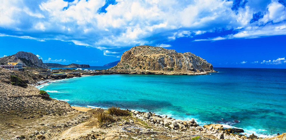 how many greek islands is there
