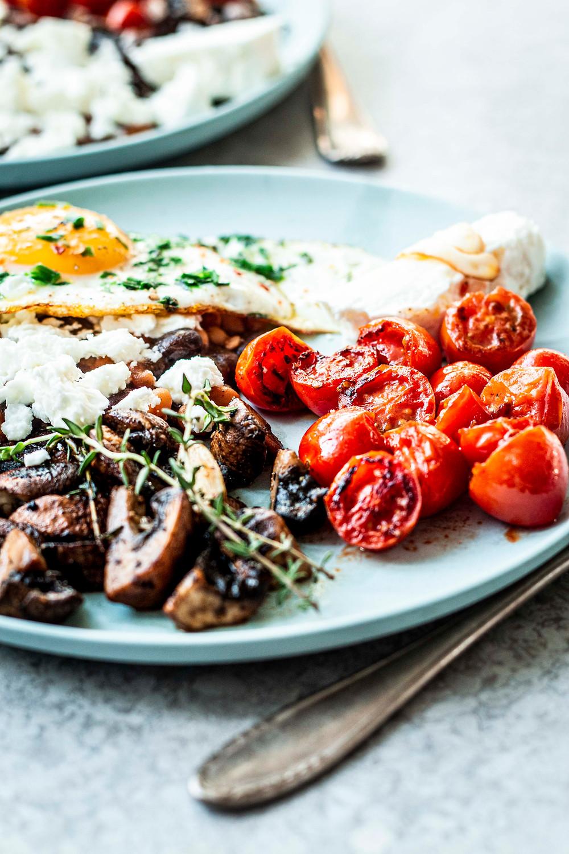 Dieses einfaches und vegetarische English Breakfast ist eine super schnelle Frühstücksidee für alle die gern deftig essen. Nur 10 Minuten, super easy und soooo lecker! MOE'S QUICK & EASY FOOD #schnell #einfach #frühstück #vegetarisch