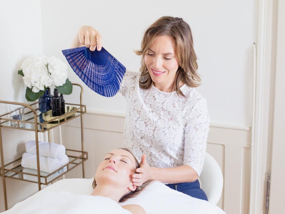 facial-massage-japanese-fan-maison-ito