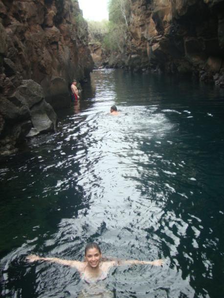 Mujer nadando en las grietas, Santa Cruz islas Galápagos