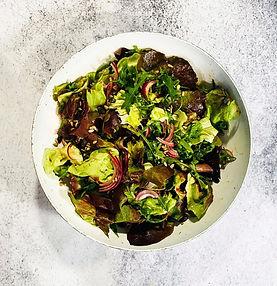 Žaliosios salotos su sėklomis, svogūnais ir aviečių actu