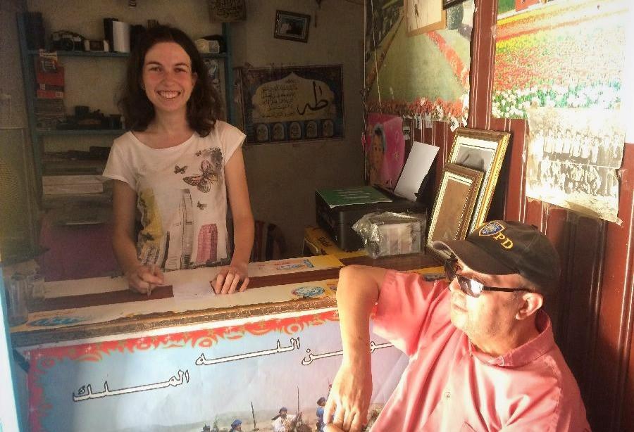 Tereza Huclova za pultem v marockem obchode, vepredu starsi tatinek v ksiltovce