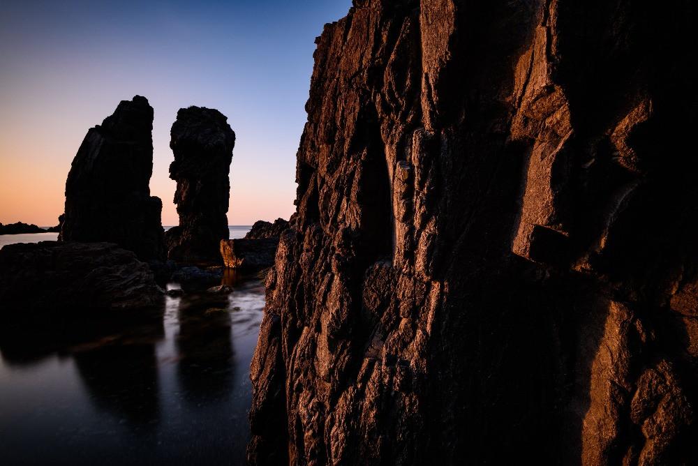日没に照らされるごつごつした岩の表面 / Rough surface of rock lit by sunset