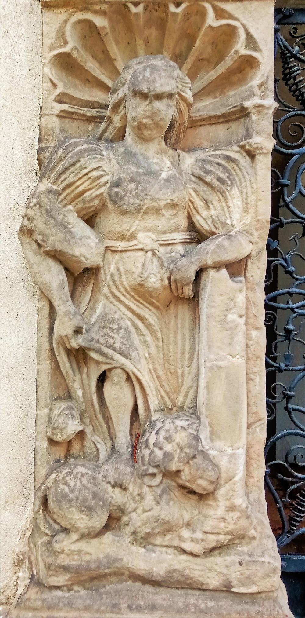 Zpodobnění Fortitudo - symbolu duchovní síly na hrobce Bukůwků z Bukůwky v Postřelmově