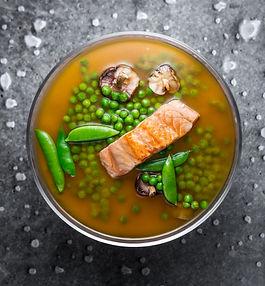 Savaitgalio pietums – lengvai ir greitai paruošiama miso sriuba su lašiša ir žirneliais