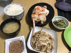 オレの晩飯クイズのコーナー‼️  奥にあるご飯の横「巻き物』は 一体なんなんでしょうか⁉️