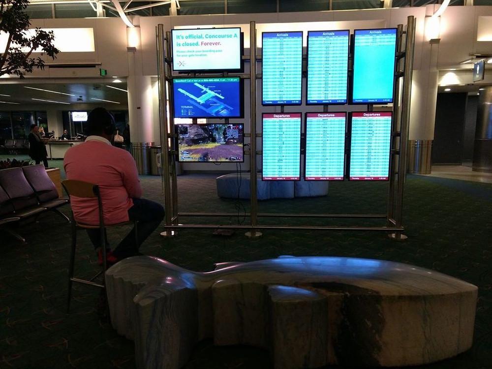 Мужчина был пойман, играя Apex Legends на мониторе аэропорта в международном аэропорту Портленда.