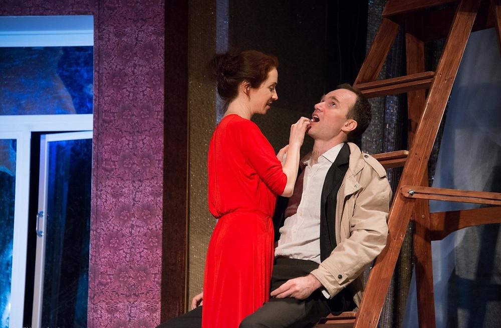 Анна Большова и Егор Баринов в спектакле «Семейный ужин в половине второго»