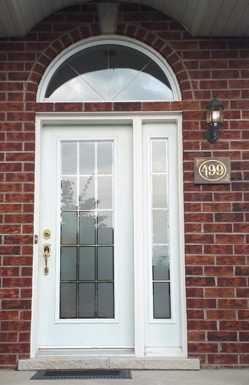 Numéro de porte gravé pour maison dans la pierre.