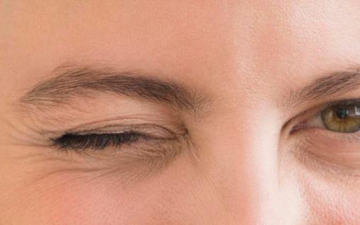 한 달 이상 지속되는 눈 떨림, 반측성 안면경련 의심해야